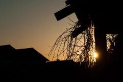 太阳设置在土气谷仓,特写镜头, 股票视频