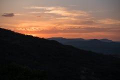 太阳设置的风景风景在山后的 免版税库存图片