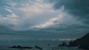太阳设置美丽如画的4K timelapse在大西洋的 与风雨如磐的云彩的日落在海洋在特内里费岛, 股票录像
