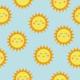 太阳象的逗人喜爱的传染媒介样式 滑稽的愉快的兴高采烈的太阳 明亮和美好的动画片无缝的样式 免版税库存照片