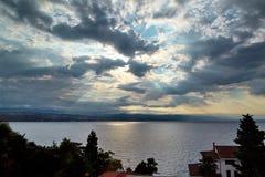 太阳通过云彩发光 库存图片