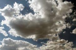 太阳通过云彩 免版税库存照片