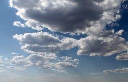 太阳通过云彩 免版税图库摄影