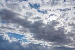 太阳通过在多云天气-图象,照片的阴暗天空发光 免版税图库摄影