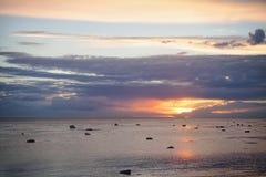 太阳通过在海的一朵云彩发光 免版税图库摄影