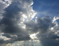 太阳通过天堂般的云彩发光 库存图片
