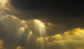 太阳通过射线发光 beautiful clouds 免版税库存图片