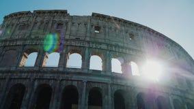 太阳通过罗马斗兽场的曲拱美妙地发光在罗马 steadicam射击 股票视频