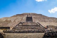 太阳金字塔-墨西哥城,墨西哥的前面看法在特奥蒂瓦坎废墟的 图库摄影