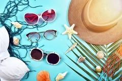 太阳镜、夏天和太阳保护概念,夏天旅行精华准备,旅行辅助部件 库存照片