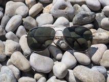 太阳镜、海滩和假日 库存图片