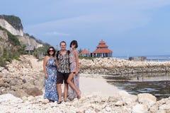 太阳镜和一个人的两名白种人妇女在巴厘语寺庙附近 探索印度尼西亚,巴厘岛 免版税库存图片