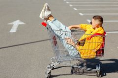 太阳镜和一个救生服的时尚人在一个推车坐为 免版税库存图片