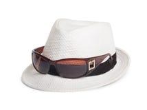 太阳镜和一个白色夏天帽子 库存照片
