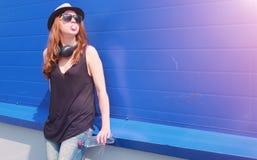 太阳镜和帽子的女孩 帽子和glasse的一个少年 免版税图库摄影