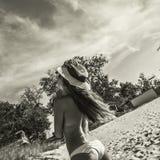 太阳镜和帽子的比基尼泳装性感的妇女 免版税库存图片