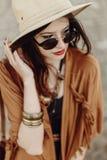 太阳镜和帽子的,边缘ponch美丽的时髦的boho妇女 免版税库存照片
