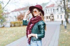 太阳镜和时髦的帽子的女孩 免版税图库摄影