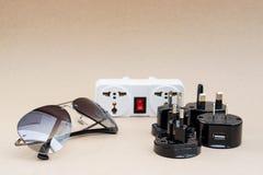 太阳镜和普遍适配器集合 库存照片