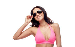 太阳镜和比基尼泳装泳装的愉快的妇女 库存图片