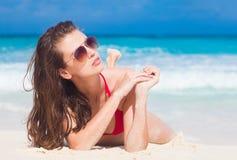 太阳镜和泳装的长发妇女在海滩 digue la塞舌尔群岛 免版税图库摄影