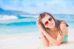 太阳镜和泳装的长发妇女在海滩 digue la塞舌尔群岛 图库摄影