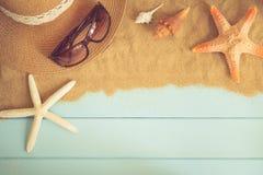 太阳镜和海星在蓝色木地板上,夏天概念 免版税库存图片