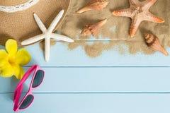 太阳镜和海星在蓝色木地板上 免版税库存图片