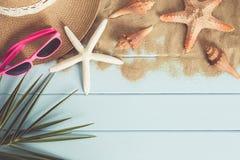 太阳镜和海星在蓝色木地板上 免版税库存照片