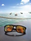 太阳镜和湖 免版税库存照片