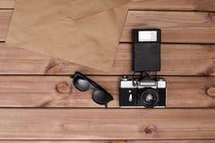 太阳镜和照片照相机和古老信封 免版税库存图片
