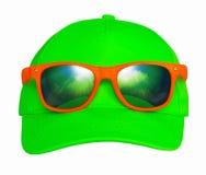 太阳镜和盖帽 免版税库存照片