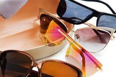 太阳镜和箱子 免版税库存照片