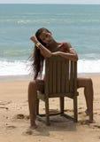 太阳镜和红色比基尼泳装的美丽的妇女在海滩 塑造查找 性感的夫人 库存图片