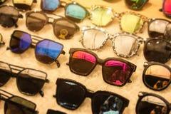 太阳镜和透镜便宜的被打折的率的以市场购物与服装50%在巨大的储款时髦的透镜  免版税库存照片