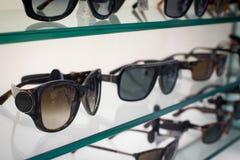 太阳镜在商店 免版税库存照片