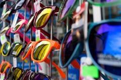 太阳镜在摊的待售 免版税库存照片