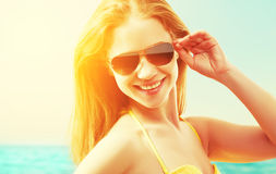 太阳镜夏天海滩的美丽的少妇 免版税库存图片