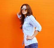 太阳镜摆在的夏天时尚画象相当愉快的妇女 免版税库存照片