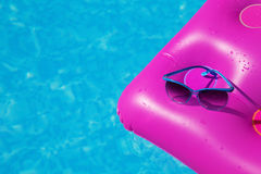 太阳镜桃红色气垫游泳池 热带概念 库存照片