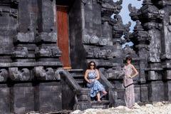 太阳镜的两名白种人妇女在巴厘语寺庙附近 探索印度尼西亚,巴厘岛 免版税库存图片
