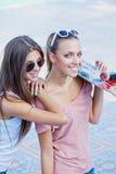 太阳镜的二个美丽的女孩 免版税图库摄影