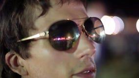 太阳镜的人在摇滚乐音乐会 1920x1080 影视素材