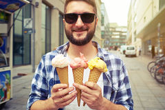 太阳镜的人用冰淇凌 免版税库存照片