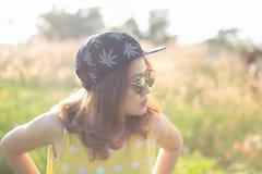 太阳镜的俏丽的女孩在自然 户外 免版税库存图片