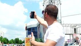 太阳镜的凉快的人做selfie手机 影视素材