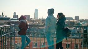 太阳镜的千福年的人:一个男人和两名妇女谈话在春天天 影视素材