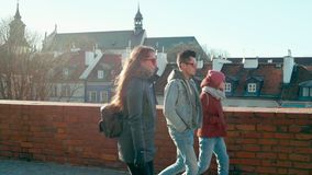 太阳镜的千福年的人:三个年轻成人朋友在镇里走 股票录像