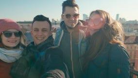 太阳镜的千福年的人:四个成人朋友做selfie录影 股票视频
