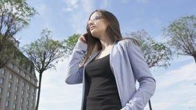 太阳镜的叫确信的典雅的夫人电话,享受通信 股票录像